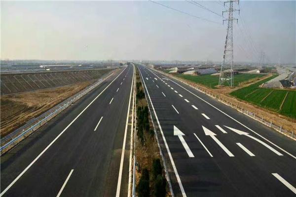 12月25日,历经3年的艰苦施工,山东济南至东营高速公路正式通车。标志着由重庆交建集团承建的第3合同段的路基、桥涵、路面、防护、绿化等工程已全部完工,并成功通过验收。 济东高速公路项目全长约162公里,设计标准双向四车道,设计时速120公里/小时,路基宽度28.0米。该项目是山东省五纵、四横、一环、八连高速公路网中的一部分,也是黄河三角洲高效生态经济区发展战略布局中与济南都市圈联系的重要通道, 贯穿济南、滨州、东营三市。该项目建成后济南到东营开车将缩短半小时以上。 而该第3标段里程桩号为K20+000~
